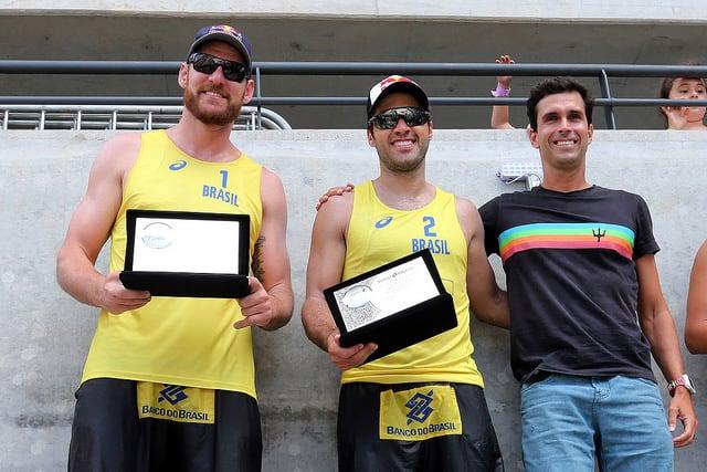 Campeões olímpicos Alison e Bruno recebem das mãos do secretário Luiz Lima placa de homenagem. Foto: Francisco Medeiros/ME