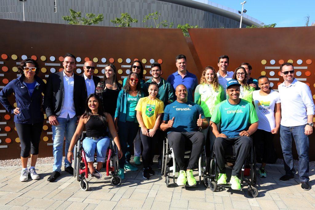 Atletas e dirigentes em frente ao Muro dos Campeões no Parque Olímpico, acompanhados do ministro do Esporte, Leonardo Picciani. Foto: Francisco Medeiros/ME
