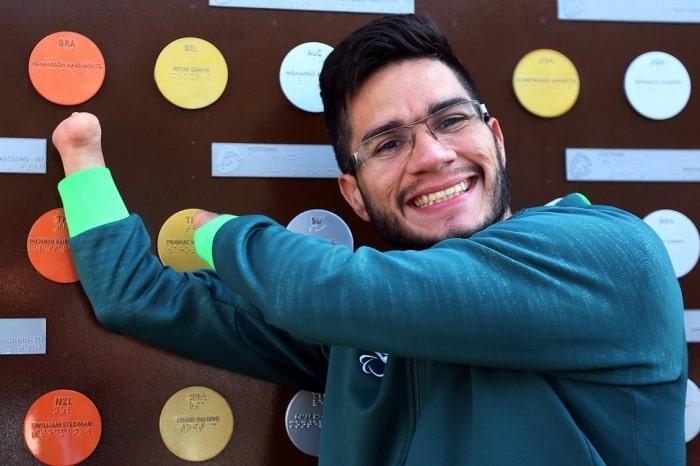 Yohansson ao lado de seu nome no Muro dos Campeões, no Parque Olímpico: emoção. Foto: Francisco Medeiros/ME