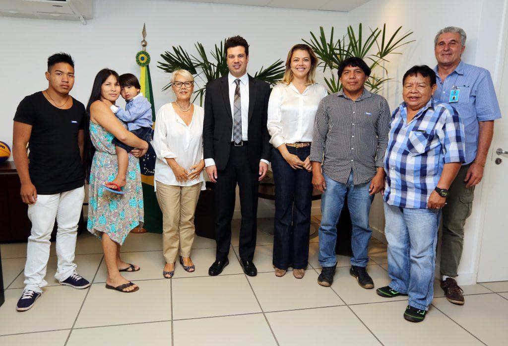 Ministro recebe secretária de Esportes do GDF, Leila Barros; assessora do Ministério da Cultura, Ione Carvalho; e família do cacique Kanato Yawalapiti. Foto: Francisco Medeiros