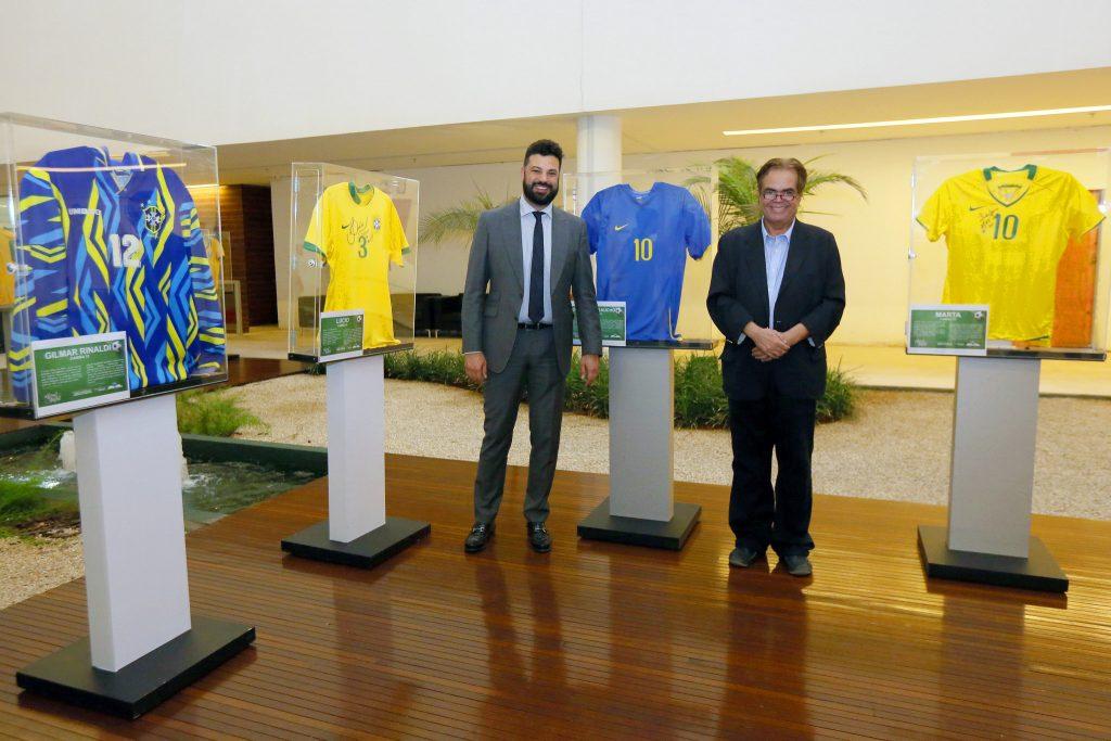 O ministro do Esporte, Leonardo Picciani, e o colecionador Arlindo Costa Neto. Foto: Francisco Medeiros/ME